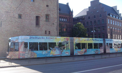 Entwurf für eine Gesamtbeklebung eines Straßenbahnzuges und eines Gelenkbusses für die Stadtwerke Rostock