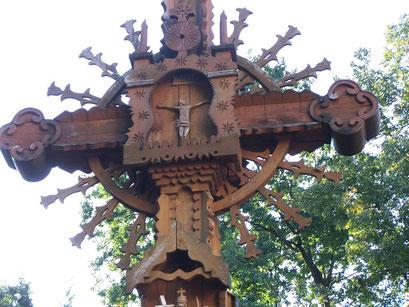 Croix sculptée en bois en Lituanie