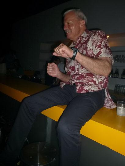 David rockt schon auf der Bar