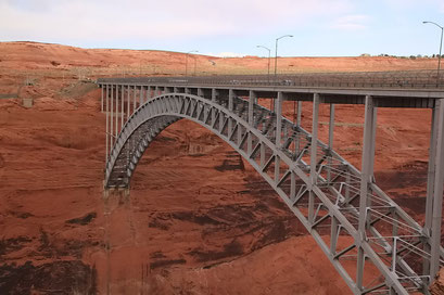 Massive Brücke über den Colorado River