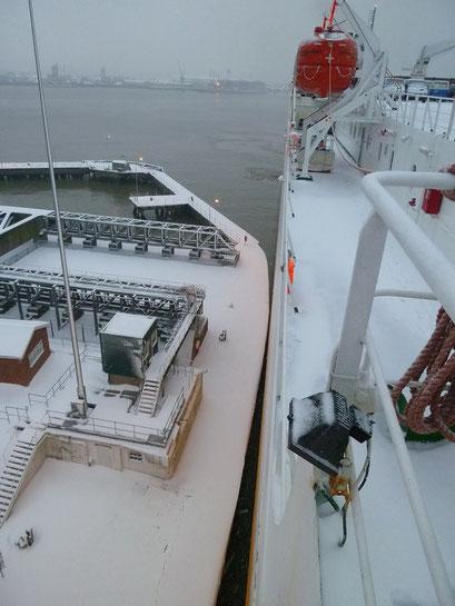 Präzise Manöver in der Hafenschleuse