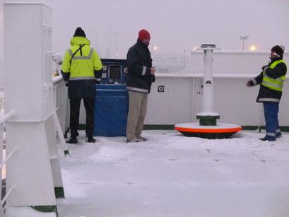 Für genaues Manövrieren muss der Kapitän in die Kälte raus.