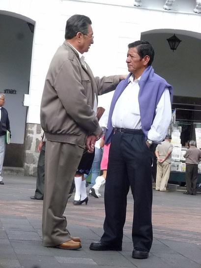 Quito - so wird stundenlang diskutiert - immer auf Pulsfühlung
