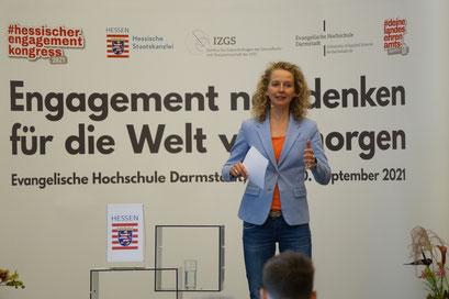 Eva-Maria Jazdzejewski moderierte den II. Hessischen Engagementkongress 2021 an der Ev. Hochschule Darmstadt.   © Foto: S. Schlitt, EKKW