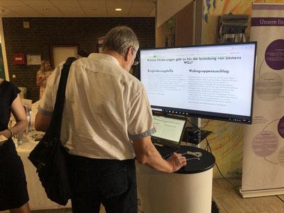 Demenz-WGs richtig gründen: Teilnehmer schauen sich den interaktiven Leitfaden der Fachstelle zur Gründung von Demenz-WGs an.  | Foto: IZGS der EHD