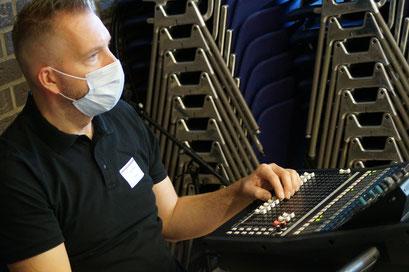 Die Menschen und die Technik im Hintergrund für das Hybrid-Format des II. Hessischen Engagementkongresses 2021 an der Ev. Hochschule Darmstadt.   © Foto: S. Schlitt, EKKW