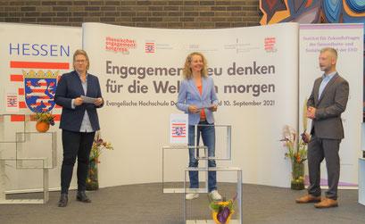 Claudia Spruch (LandesEhrenamtsagentur Hessen) (links) und Dr. Matthias Heuberger (IZGS) (rechts) ziehen ein Fazit zum II. Hessischen Engagementkongress 2021 an der Ev. Hochschule Darmstadt.   © Foto: S. Schlitt, EKKW