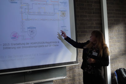 Too busy to not continuously work on innovation? Claudia Möller (AGAPLESION) berichtet über Innovationspraktiken beim Social Talk 2019 in der EHD. | Foto: Schlitt, EKKW