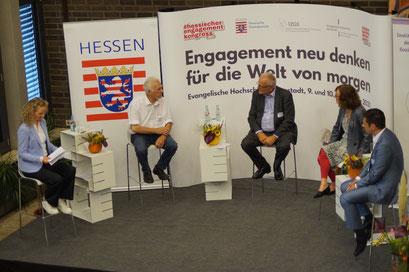 (v.l.) Dr. Häbel, Dr. Graf Strachwitz (Maecenata Institut), Prof. Dr. Zimmer, (IfPol der Universität Münster), Prof. Dr. Vilain (EHD) und Dr. Weichert (Digitale Nachbarschaft) beim II. Hessischen Engagementkongresses 2021. | © Foto: S. Schlitt, EKKW