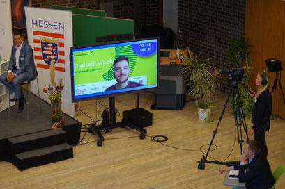 Live zugeschaltet aus Berlin: Dr. Nils Weichert (Digitale Nachbarschaft) beim II. Hessischen Engagementkongresses 2021 an der Ev. Hochschule Darmstadt.   © Foto: S. Schlitt, EKKW