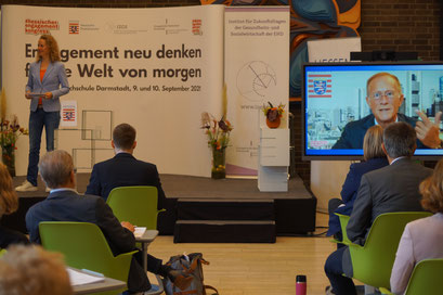 Axel Wintermeyer (Chef der Hessischen Staatskanzlei) begrüßt live aus Wiesbaden die Teilnehmenden des II. Hessischen Engagementkongresses 2021 an der Ev. Hochschule Darmstadt. | © Foto: S. Schlitt, EKKW