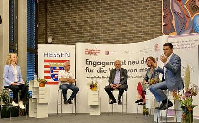 (v.l.) Dr. Häbel, Dr. Graf Strachwitz (Maecenata Institut), Prof. Dr. Zimmer, (IfPol der Universität Münster), Prof. Dr. Vilain (EHD) und Dr. Weichert (Digitale Nachbarschaft) beim II. Hessischen Engagementkongresses 2021.   © Foto: S. Schlitt, EKKW