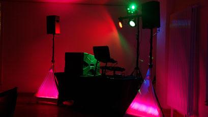 im Hintergrund Lichtstativ mit LED Bar