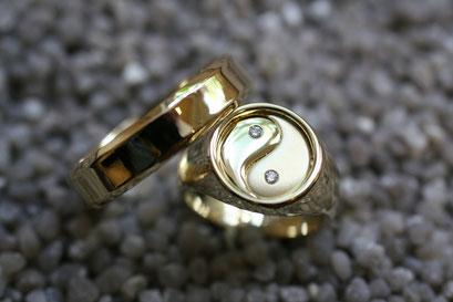 Trauringe / Eheringe aus Gelbgold mit Ying-Yang-Symbol mit Brillanten