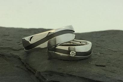 Trauringe / Eheringe aus Weißgold mit schwarz rhodinierter vertieferter Welle und Brillant