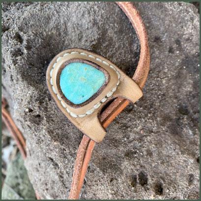 Halskette mit Amazonit Stein, blaugrün, in ungefärbtem, pflanzlich gegerbtem Leder gefasst mit Handnaht.