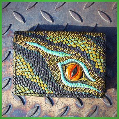 Handpunzierter Ledergeldbeutel  Drachenschuppen und Auge, Grüntöne, Blautöne, Türkis,  Lila, Auge gelb.