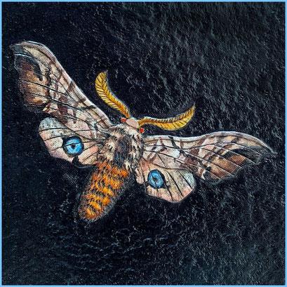 Detail Geldbeutel, Nachtfalter auf schwarzem Hintergrund, handpunziert und koloriert,  aus pflanzlich gegerbtem Leder.