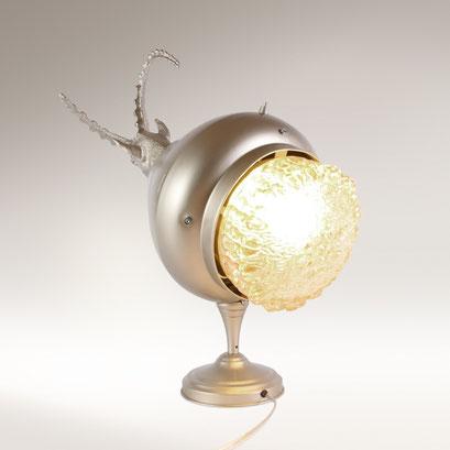 Lamp design 018 - gewicht van de glazen kap houdt geheel in evenwicht