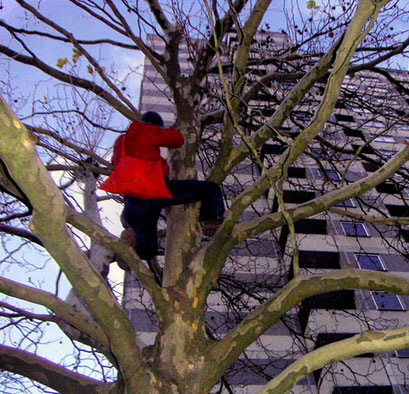 fussbälle für gropiusstadt 2004, performance to leave an impropable number of footballs on trees, copyright chantal labinski and marcel hager