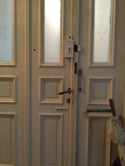 Die Polizei und Versicherungen raten zum Einbruchschutz für Türen. Türsicherung Hamburg Montagebespiel_09
