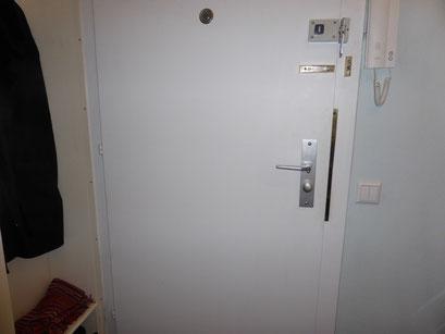 Die Polizei und Versicherungen raten zum Einbruchschutz für Türen. Türsicherung Hamburg Montagebespiel_11