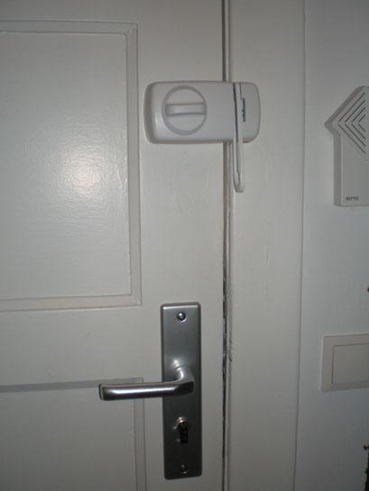 Die Polizei und Versicherungen raten zum Einbruchschutz für Türen. Türsicherung Hamburg Montagebespiel_04