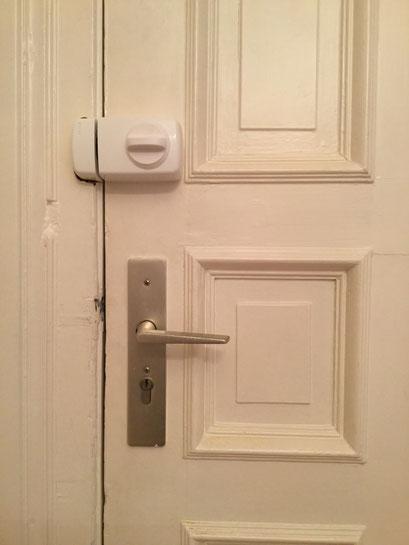 Die Polizei und Versicherungen raten zum Einbruchschutz für Türen. Türsicherung Hamburg Montagebespiel_07