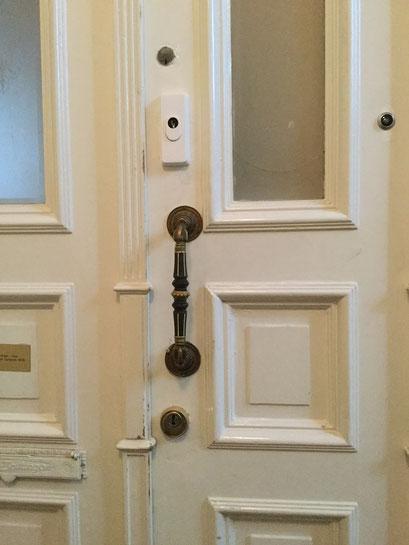 Die Polizei und Versicherungen raten zum Einbruchschutz für Türen. Türsicherung Hamburg Montagebespiel_08