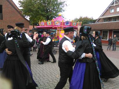 Elmer Trachtengruppe bei einer Tanzvorführung beim Herbstmarkt 2016