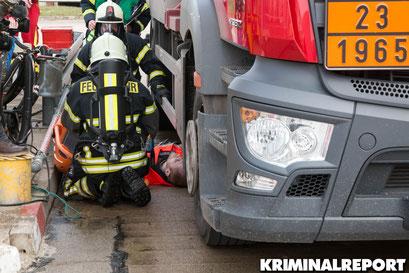 Der Mitarbeiter muss von der Feuerwehr gerettet werden.|Foto: Christopher Sebastian Harms