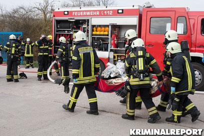 Feuerwehrleute retten eine Person.|Foto: Christopher Sebastian Harms