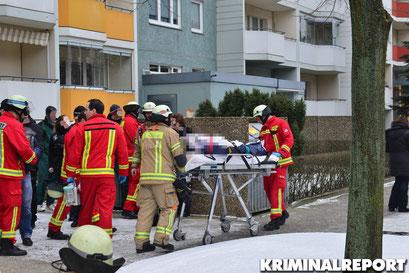 Die Frau verstarb trotz aller Bemühungen am Brandort. Mehrere Sanitäter, Feuerwehrleute und ein Arzt kämpften um das Leben der Frau.|Foto: Dennis Brätsch