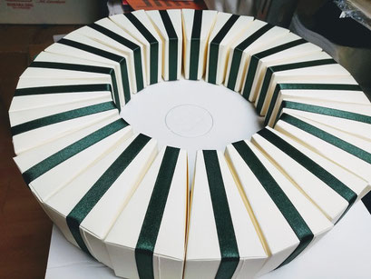fetta di torta per confetti confezionata con nastro in raso
