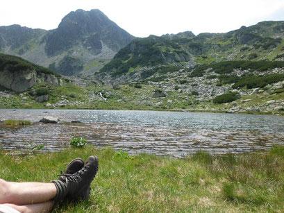 Erholsame Rast am See im Hochgebirge.