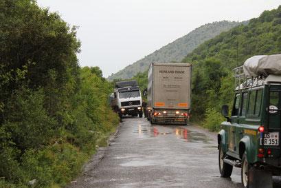 zum Grenzübergang: Reicht die Fahrbahnbreite zur Begegnung?