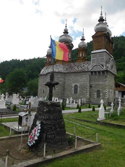 Kriegerdenkmal aus original Granaten und Helmen