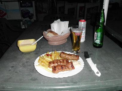 Traditionelles Mici mit Senf und Bier.