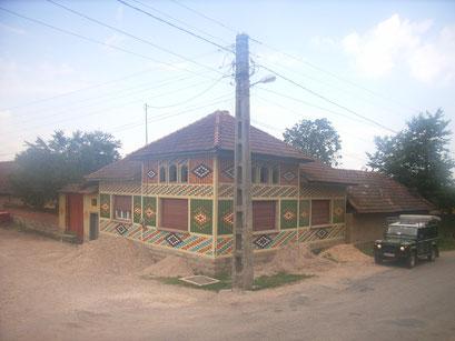 typisch farbenfrohe Fassadengestaltung