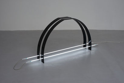 o.T. (I 04-2015), Coated iron, neon 160cm