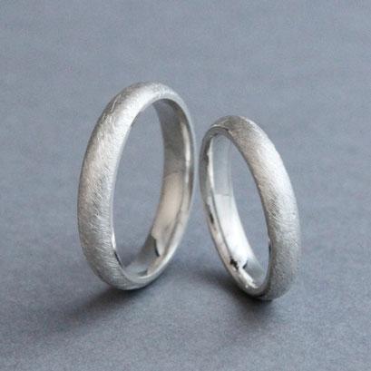 Musterringe, 925er Silber, gewölbte Außenfläche, Innenfläche leicht gewölbt, eismattiert