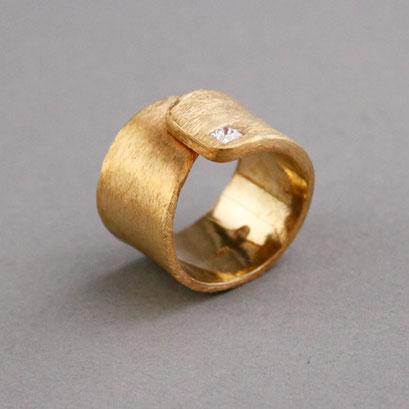 Ehering, Gelbgold, Diamant im Carreeschliff, gebürstet