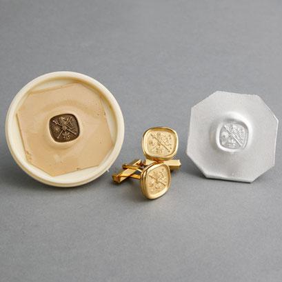 Manschettenknöpfe und Abguss des Schellack-Abdrucks
