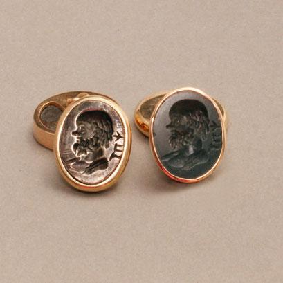 Römische Münze mit männlichem Kopf und das Gegenstück aus geschwärztem 925er Silber