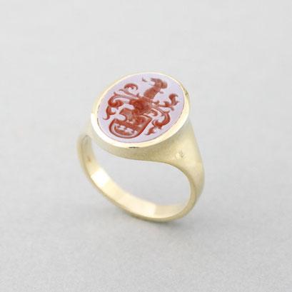 Siegelring aus 750er Gelbgold für Damen mit rotem Lagenachat