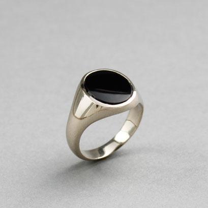 Modell für Herren Wappenring, Stein: schwarzer Onyx, Ring 585er Weißgold nicht rhodiniert,