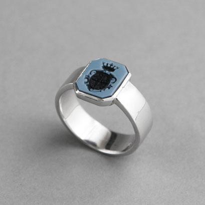 Herren Wappenring, Stein: hellblauer Lagenachat  (in Handarbeit geschnitten), Ring 925er Sterlingsilber