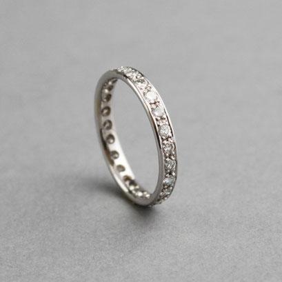 Memoire Ring als Ehering, Weißgold, Brillanten, gerade Außenfläche, gerade Kante, Innenkante abgerundet