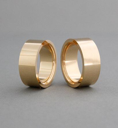 Statement Ringe als Eheringe aus 750er Gelbgold, gerade Außenfläche, Innenfläche gerade, Kanten abegrundet