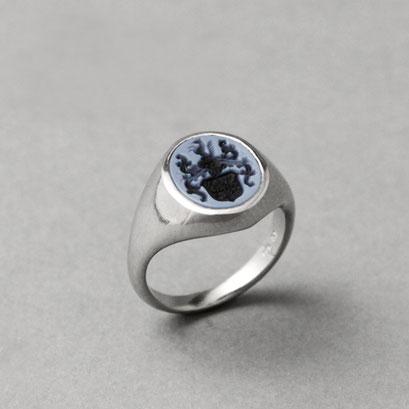 Damen Wappenring, Stein: blauer Lagenachat (in Handarbeit geschnitten), Ring 950er Platin